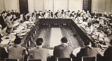 Zasedání výkonné komise Rady vzájemné hospodářské pomoci v Polsku v roce 1964. Na pořadu dne je centrální plánování hospodářství.