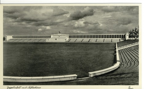 Zeppelinovo pole v Norimberku je jedním z mála pozůstatků manifestace moci NSDAP.