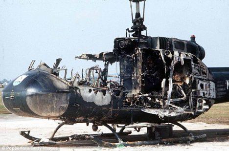 Vrtulník zničený při přestřelce.