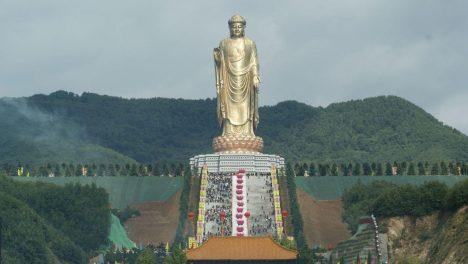 Vybudování sochy bylo mimo jiné čínským protestem protiřádění islámských radikálů vAfghánistánu, kteří zničili 1500let staré sousoší Buddhů vBamjánském údolí. Jde o nejvyšší sochu světa, jejíž postava měří 128metrů. Pokud připočítáte podstavec ve tvaru lotosu, budovu kláštera pod nohama Buddhy apiedestal, činí celková výška 208metrů. Povrch Buddhy je vytvořen ze 108kilogramů zlata.