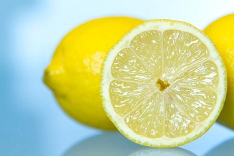 4.Půlka citronu Kdy a kde?: Evropa, 17. století Jako antikoncepci používali lidé i půlku citrónu. Tato metoda má zřejmě kořeny daleko v minulosti, nejvíce ji ale proslavil slavný svůdník Casanova. Šťáva z tohoto ovoce totiž obsahuje kyselinu citronovou, která může fungovat jako spermicid. Metoda však měla i své nepříjemné účinky, kyselina totiž dokázala poškodit vnitřní tkáně.