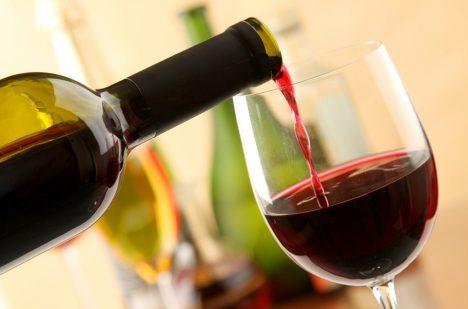 Sklenky vína denně se zdravý člověk nemusí bát.