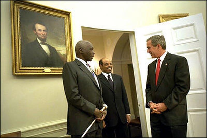 Daniel Moi si své místo udrží. Zde na setkání s prezidentem Bushem.