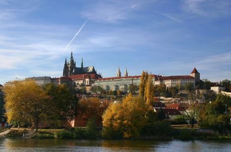 Panorama Pražského hradu z Alšova nábřeží.