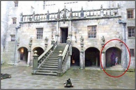 Mnoho lidí věří, že se jim ducha na hradě podařilo vyfotografovat.