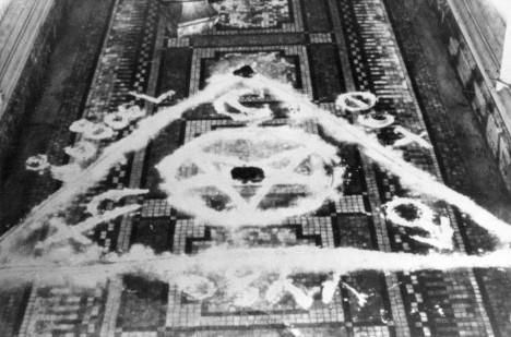 Satanistické symboly na podlaze jedné z hrobek. Probudily temné rituály zdejšího upíra?