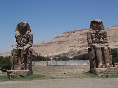 Původně zřejmě zobrazují známého faraóna a stavitele Amenhotepa III. nebo faraóna Amenofise III., kteří žili ve 14. století před Kristem, ale Řekové dali monumentům vlastní jméno.