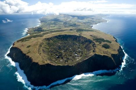 Sochy moai byly vytesány v kráteru vyhaslé sopky Rano Raraku, odtud pak byly odtaženy k pobřeží.