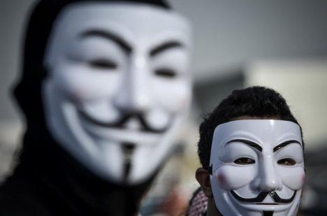 Masku Guye Fawkese dnes využívá hackerské hnutí Anonymous.