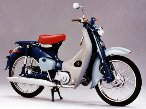 Japonský motocykl Honda 50 Cub osazený českou technologií.