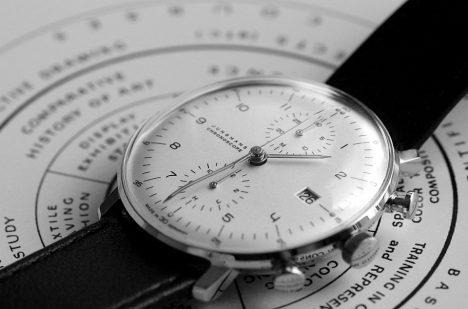 Jednoduchý design uplatňoval i při navrhování hodinek.
