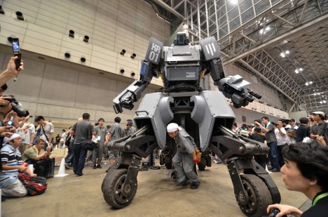 Japonský robot je oproti americkému vybaven pokročilou technologií, jde jej ovládat i na dálku a uvnitř kokpitu má head-on displej pro zaměřování.
