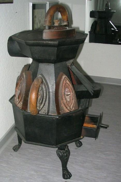 Součástí krejčovských dílen byla velká kamna s možností nahřívat žehličky přímo na nich.