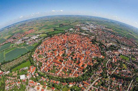 Kráter Ries a městečko Nördlingen v něm.