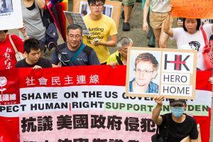 Edward Snowden: Muž, jehož kufřík, změnil svět