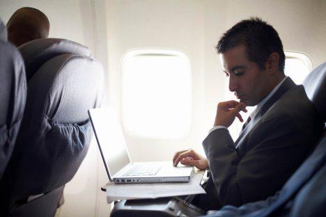 Sledování filmů nebo práce na notebooku na klíně během dlouhé cesty je nesmírná zátěž na váš krk azáda. Ipři tom byste si měli dělat pravidelné přestávky, alespoň každou hodinu. Odborníci doporučují zvednout notebooku výše, třeba tím, že do jeho obalu nacpete svetr avyužijete jej jako podložku.