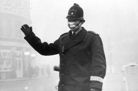 Londýnský policista ve smogové mlze.