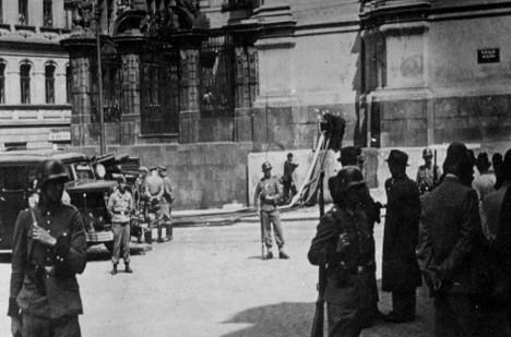 Nacisté přikázali hasičům, aby parašutisty z krypty vytopili.