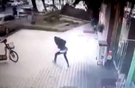 Câmera da CCTV capta dramático momento em que letreiro de restaurante cai na calçada