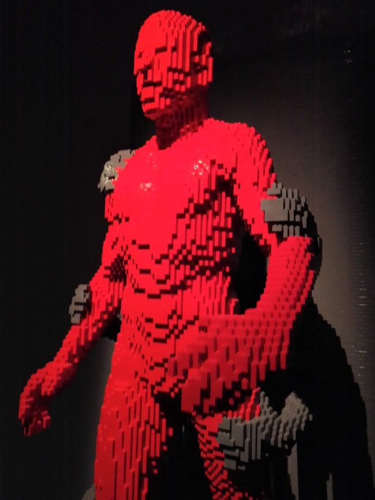 sculture-lego-the-art-of-the-brick-uomo-rosso-2