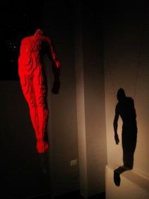 sculture-lego-the-art-of-the-brick-uomo-rosso