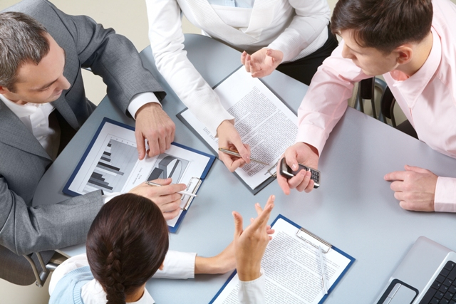 Gerenciamento de projetos: Grupo se reunindo no desenvolvimento de um projeto