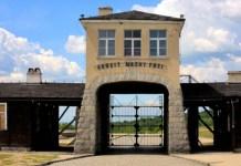 """Brama obozu w Gross Rosen z napisem, """"Praca Czyni Wolnym"""" - źródło: dreamstime.com"""