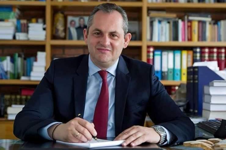 Μακροχρόνια ενοικίαση δημοτικών οικοπέδων για δημιουργία ξενοδοχείων, προτείνει ο Θανάσης Λιακόπουλος.