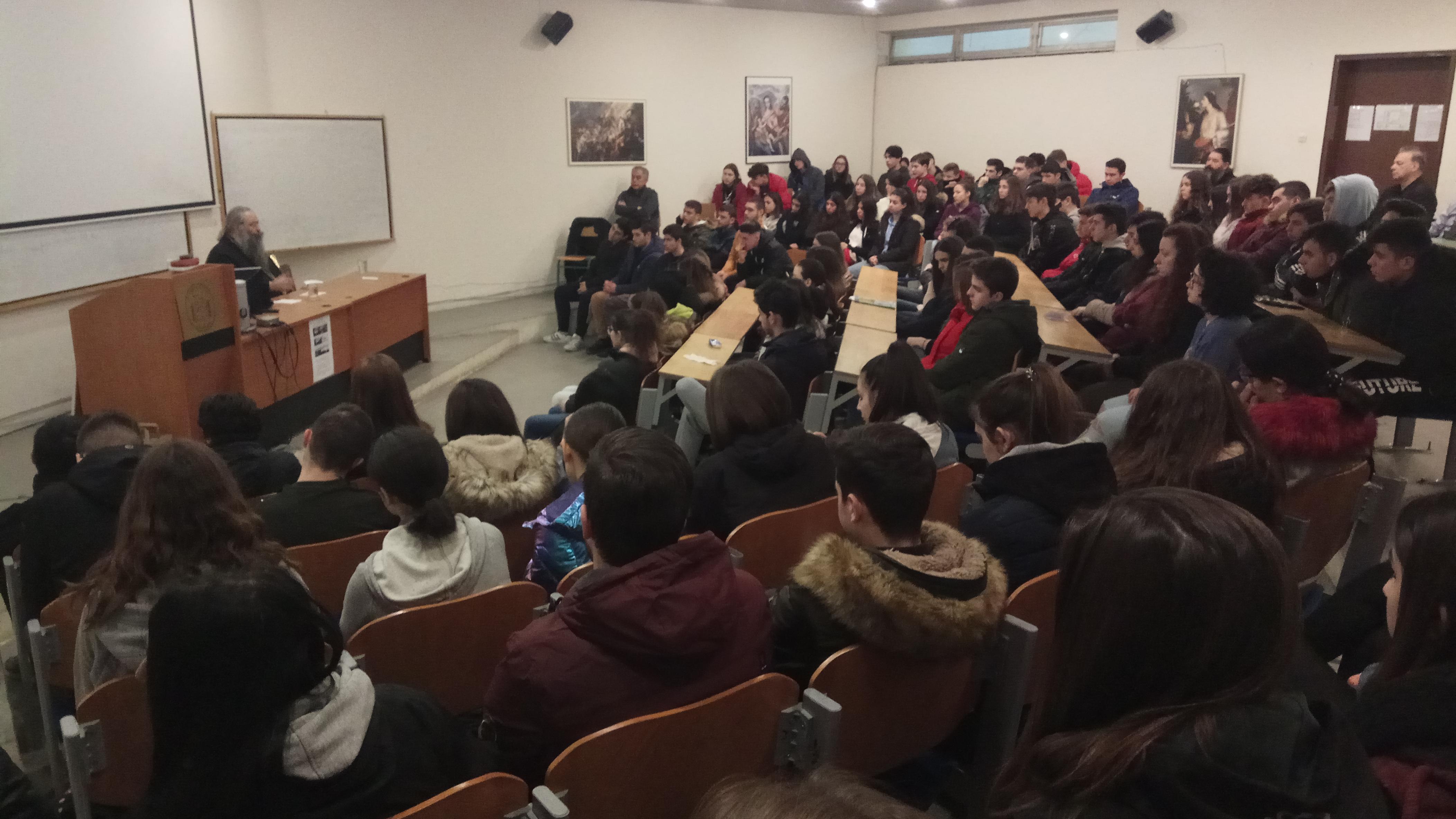 Το 5ο ΓΕΛ Κατερίνης επισκέφθηκε ο Μητροπολίτης: Ο Μητροπολίτης συζητά με νέους