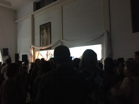 The crowd around the Altar of Repose, underneath the image of Divine Mercy. Jesus, en Ti confio!
