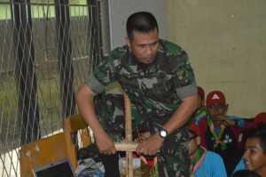 Api Tradisional. Sertu Suhardiman mempraktekkan tentang cara membuat api secara tradisional dengan menggunakan media bambu kuning jelang Jambore Nasional.-Istimewa/RK.