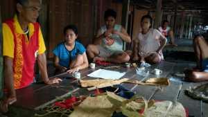 Disporaparekraf Landak melakukan pembinaan  membuat kerajinan dari kulit kayu