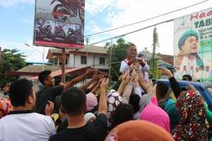 KUPON. Salah seorang Panitia Pekan ASI Sedunia di Kota Singkawang membagi-bagikan kupon berhadiah Jalan Sehat dalam rangka memeriahkan Pekan ASI Sedunia di Kota Singkawang