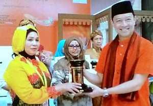 Mardiah Chifni menerima penghargaan sebagai Juara 3 Masakan dan Minuman Khas Daerah tingkat Nasional dari Menteri Perdagangan RI, Thomas T Lembong. Ist