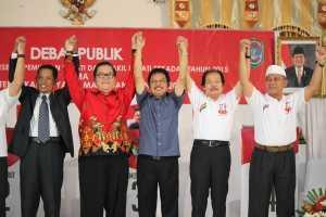 Pasangan calon nomor 3 dan 4 bersama moderator Debat Kandidat Pilkada Sekadau.