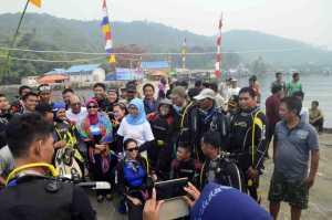 Peserta Diving Festival Karimata 2015 foto bersama di Desa Betok