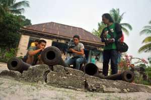Peserta Jurnalis Trip meliput wisata sejarah yang ada di Pulau Karimata. Diantaranya, meriam peninggalan VOC yang berada di depan Istana milik penguasa Karimata pada masa lalu