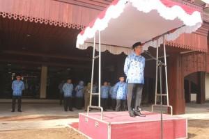 Walikota Pontianak Sutarmidji menyerahkan penghargaan kepada PNS berprestasi