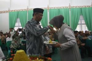 Sungkeman. Istri Walikota Pontianak, Yenieta Arbiastutie sembari menerima nasi tumpeng melakukan sungkeman kepada suaminya