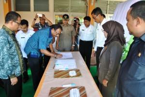 Direktur RSUD Pemangkat, dr Semmy G Rahanra menandatangani Deklarasi Janji Layanan Kesehatan di RSUD Pemangkat