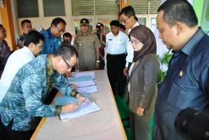Direktur RSUD Sambas, Hendy Wijaya  menandatangani Deklarasi Janji Layanan Kesehatan di RSUD Sambas