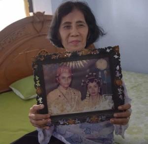 SEDERHANA. Dariyati menunjukkan foto pernikahan Ketua KPK terpilih, Agus Rahardjo, dengan Tutik Suprastiati, di Magetan Jumat (18/12) Wahyu Budianto-Jawa Pos