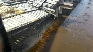 Jembatan penghubung dermaga Perigi Piai yang patah karena menahan beban berat kendaraan yang melintas dermaga