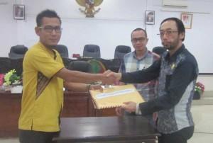 Ketua Komisi 1 DPRD Ketapang, Hadi Mulyono Upas menerima dokumen data guru honorer K2 yang diserahkan oleh Ahmad Sholeh