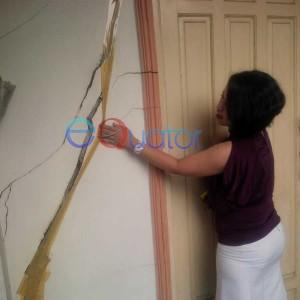 Marhani tunjukan bagian sisi retak bangunan rumah. Fikri Akbar-RK