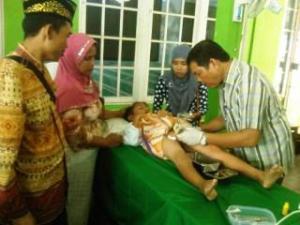 TONTONAN. Pihak keluarga dengan seksama memerhatikan seorang anak yang sedang disunat di Masjid Alfalah, Kelurahan Roban, Kecamatan Singkawang Tengah, Minggu (20/12). Mordiadi-RK