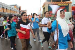 Ibu-ibu mengikuti kegiatan Jalan Sehat yang digelar KPU Sekadau