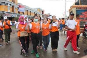 Sejumlah remaja ikut serta dalam kegiatan Jalan Sehat KPU Sekadau