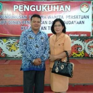 Kepala Disdikbud Bengkayang, Dr Yan SSos MSi foto bersama istrinya, Dr Maria Kalis saat Pengukuhan Pengurus DWP UPDT Kecamatan Teriak.