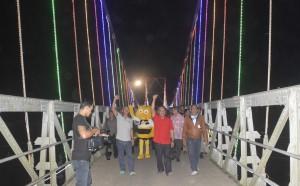 Sambil berjalan kaki menyusuri Jembatan Gantung Sekayam, Bupati Sanggau menyapa masyarakat yang hadir